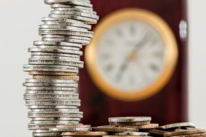 Pożyczki i kredyty online - monety i zegar