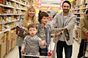 Szczęśliwa rodzina w centrum handlowym