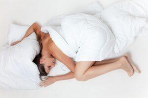 poduszka bezpieczeństwa - rezerwa finansowa - kobieta w pościeli